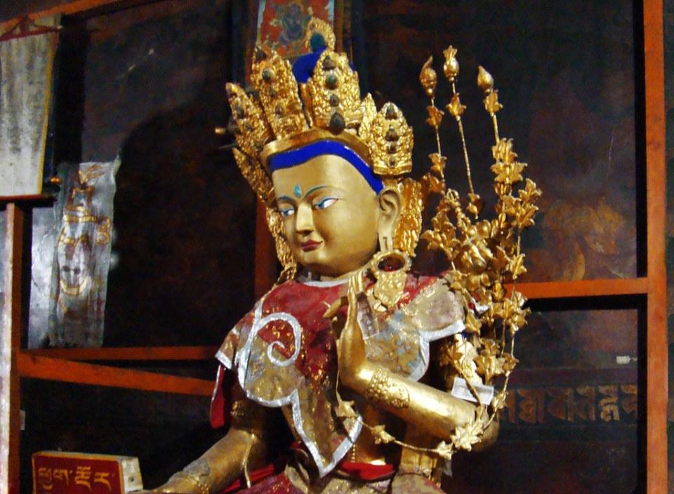 estatua de Buda Maitreya imagen budista interior Monasterio Tashilhumpo en Shigatse Tíbet 08