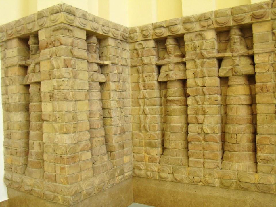 arte sumerio relieve de ladrillo fachada exterior del templo de Inanna en Uruk  Museo de Oriente Próximo Vorderasiatisches Museo Pergamo Berlín Alemania 12