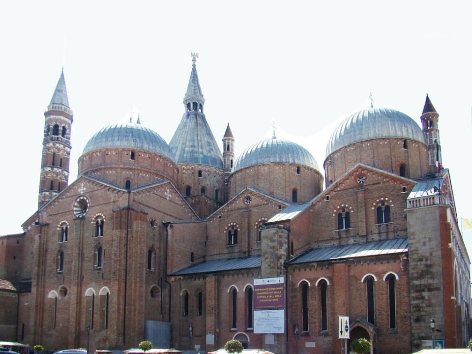 exterior Basilica de San Antonio de Padua Italia 02