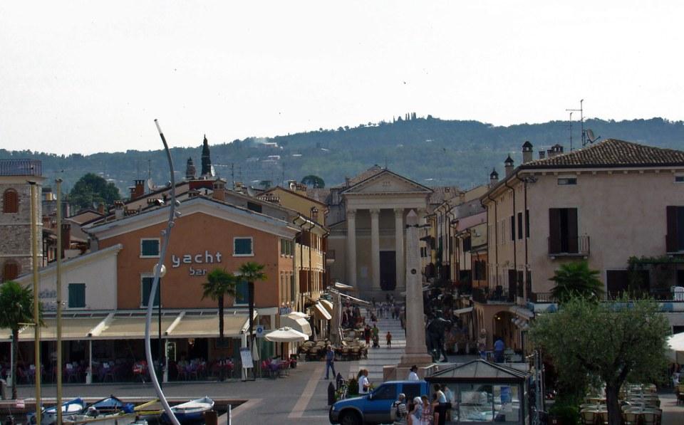 Iglesia de San Nicolás y obelisco monumento a los Caídos de Bardolino Italia 01
