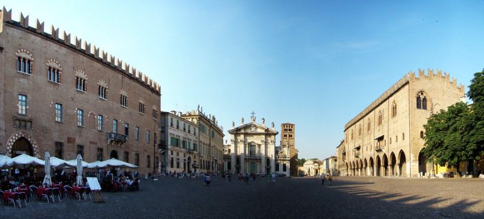 Palazzo Bonacolsi o Castiglioni, Palazzo Bianchi o Palazzo Vescovile, Palacio Ducal y Catedral de Mantua, Plaza Piazza Sordello Italia 01