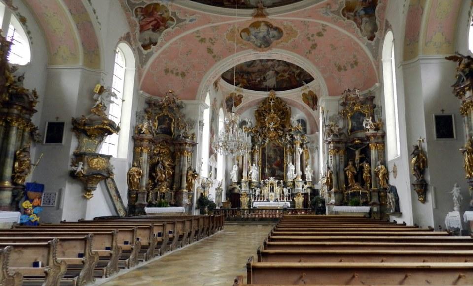altar mayor y nave central interior Iglesia de San Pedro y San Pablo Oberammergau Baviera Alemania 02