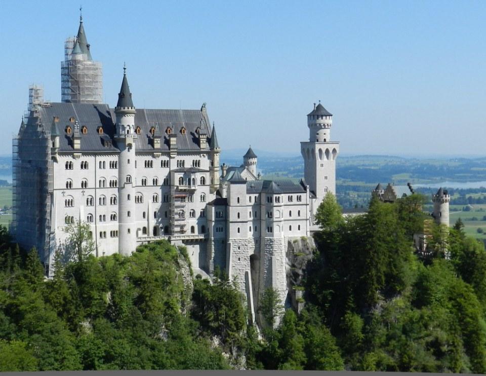 montañas y vista exterior del Castillo Neuschwanstein Baviera Alemania 03