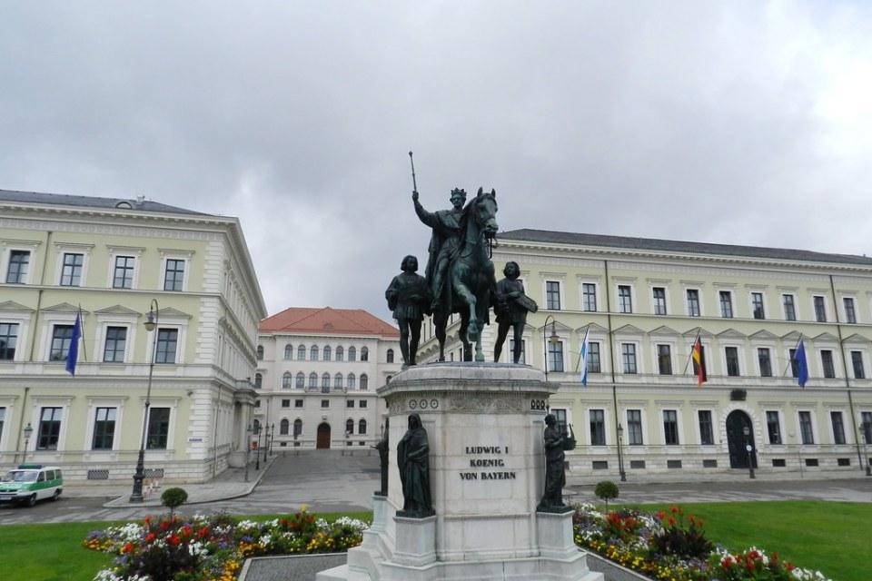Monumento escultura estatua ecuestre rey Luis II de Baviera Ludwig von Bayern Munich Alemania 06