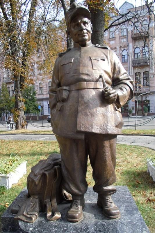 Escultura estatua Gnat Jura como Schweik Kiev Ucrania 05