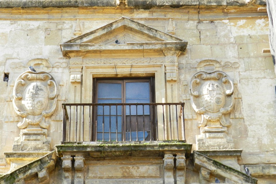 fachada exterior con escudos heraldicos Cordoba 02