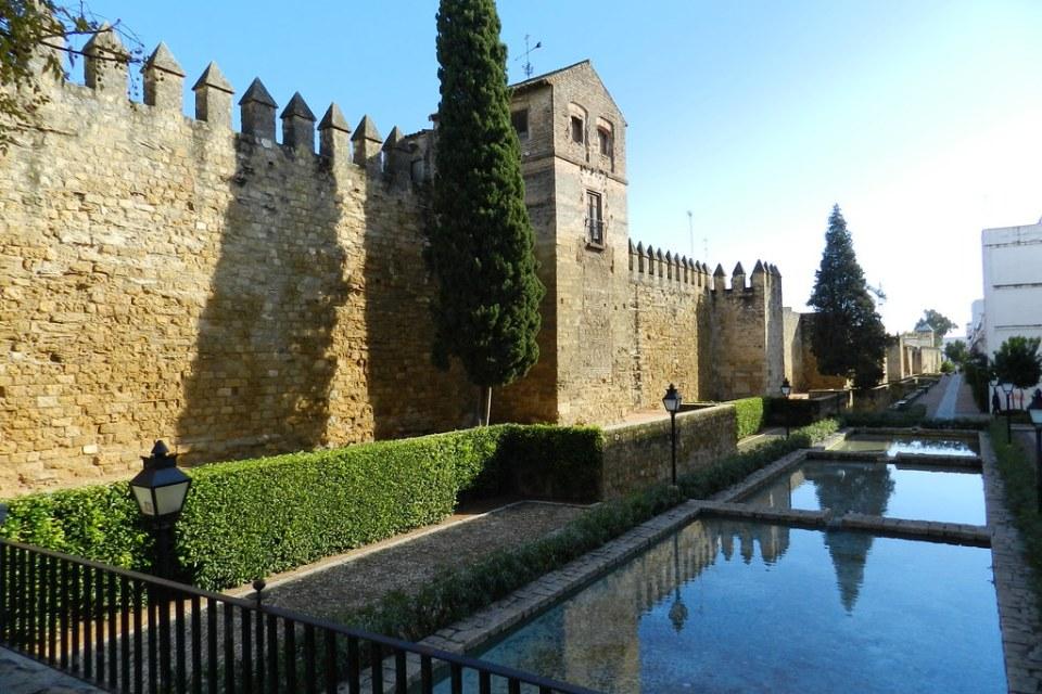 muralla de calle Cairuán y estanques Cordoba 02