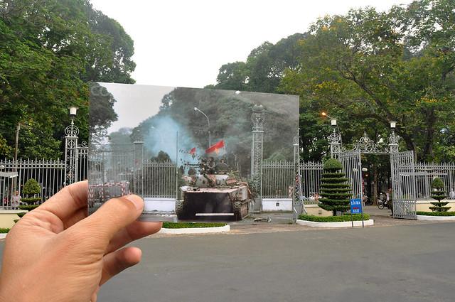 Xe tăng của Cách Mạng ủi tung cửa Dinh Thống Nhất, Sài Gòn ngày 30/4/1975