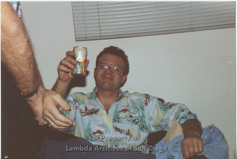 P001.031m.r X-mas 1990: Man holding a canned beverage