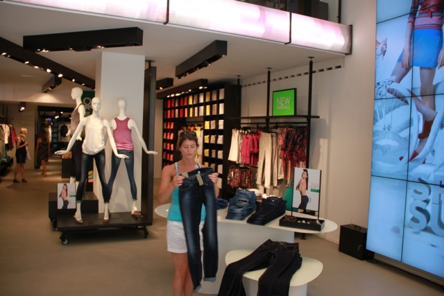 Retail Experience in Milano by Andre Wiringa
