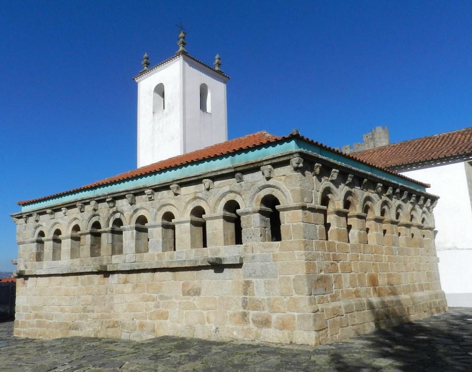 torre de Iglesia de Santa Maria y exterior edificio Domus Municipalis cisterna y camara municipal del siglo XII de Braganza Portugal 04
