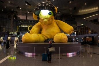 Op weg naar Maleisië moesten we overstappen in Doha. We liepen een rondje langs de kunstwerken, dit is 'Untitled lamp bear' van de Zwitser Urs Fischer.