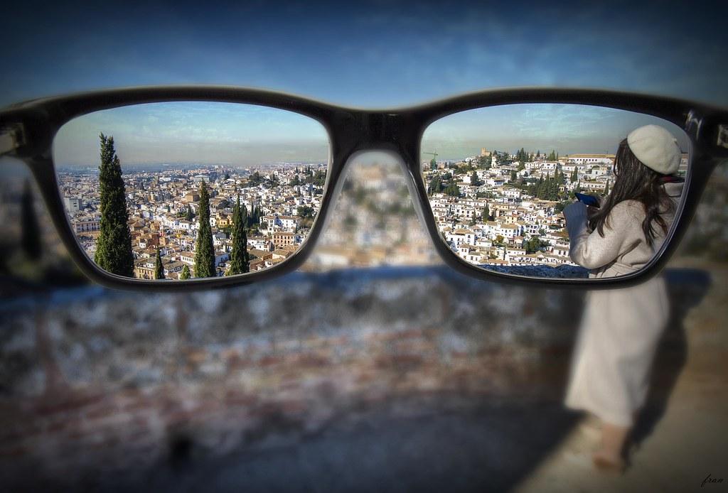 ... Llevo gafas, tengo una gran cicatriz, canto fuerte, y soy rubia. ¡Lo siento!  ... Anastacia ...