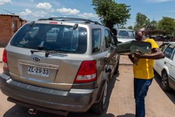 Onderweg vonden we een zwarthandelaar waar we voor 5 bond (officieel 5 USD, in het echt 1,45 USD) per liter diesel konden kopen.