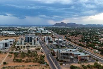 Gaborone waar rond de 200.000 mensen wonen (10% bevolking) lijkt van bovenaf best modern.