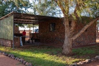 Halverwege vonden we weer een leuk hotelletje, en in dit deel van Afrika is er altijd een barbecue en kun je hout en grote lappen vlees in de kampwinkel krijgen.