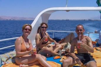 's Middags ruilden we het schip van de woestijn in voor een jacht met bier en cocktails in de Golf van Akaba.