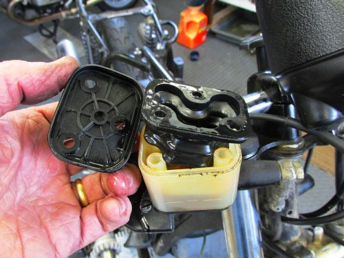 Front Brake Fluid Reservoir Cover & Diaphragm Detail