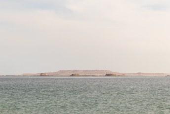 Vanaf het populaire strand in deze woestijn heb je trouwens uitzicht op Saudi Arabië, maar daarmee zijn de banden niet zo goed. Dus meer dan dit zullen de meesten niet van het land zien.