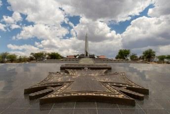 Het hele monument is door Noord-Koreanen gebouwd voor 8 miljoen.