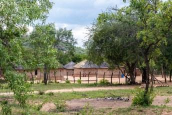 In het park vind je kleine nederzettingen met vierkante (in plaats van ronde) hutjes die bont versierd zijn.