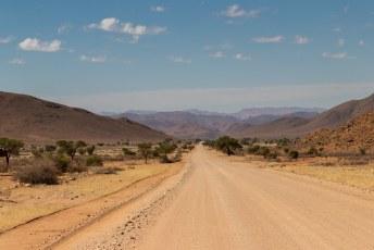 Ondanks dat de wegen niet geasfalteerd zijn rijdt het toch best lekker.