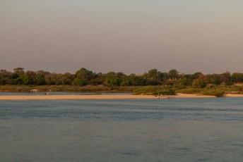 Ik had haast want ik moest Lucía ophalen in Zambia, dus ik tufte in één keer door naar de grens waar ik voor het eerst de Zambezi rivier zag. Die zou ik nog beter leren kennen dan me lief was.