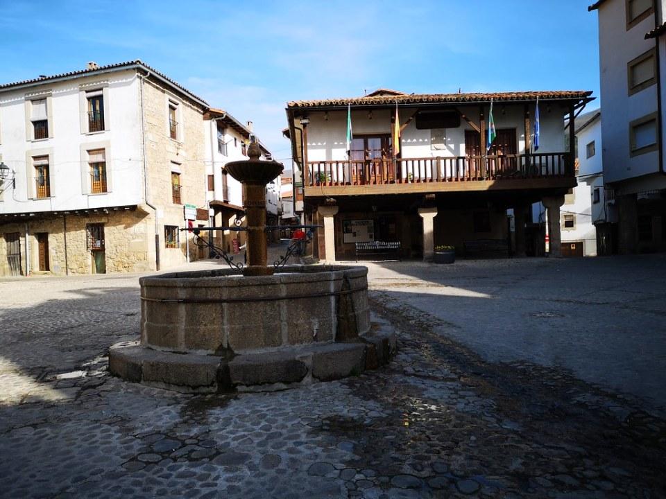 Ayuntamiento y fuente Plaza Mayor San Martin de Trevejo Sierra de Gata Caceres