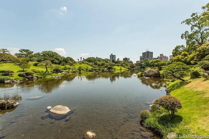Montículos y caminos en los jardines Suizen-ji Jōju-en de Kumamoto