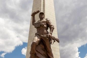 En de 'onbekende soldaat' heeft er een mooi Noord-Koreaans standbeeld aan overgehouden (wel iets kleiner dan die van de Kimmetjes in Pyongyang).