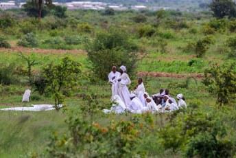 's Anderedaags reden we naar de Khami ruïnes. Onderweg zagen we als zovaak in Zimbabwe gelovigen een dienst houden langs de kant van de weg.
