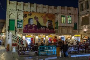 Overal in het land zie je afbeeldingen van Emir Al Thani. Persoonsverheerlijking is de beste indicatie dat de leider niet deugt, geloof dat maar van mij.