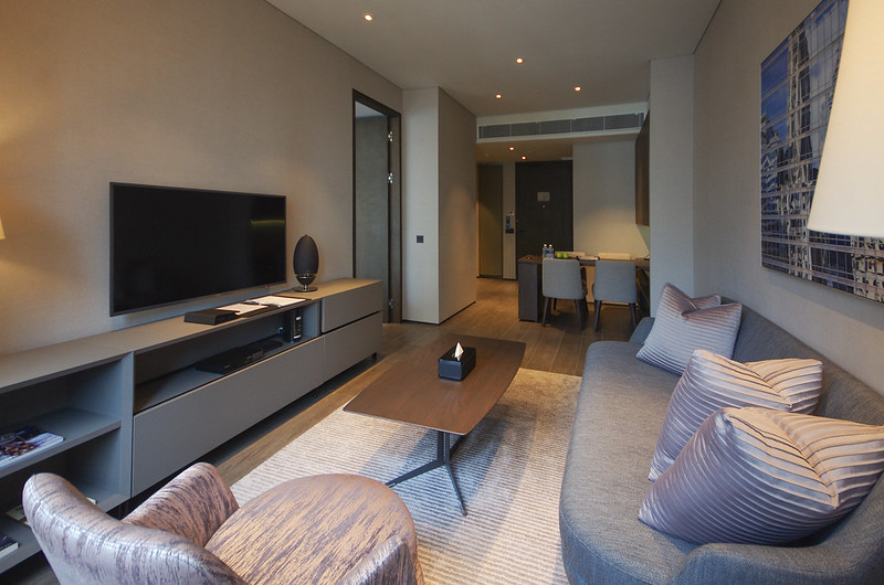 living room of the one bedroom premier apartment - oakwood premier oue singapore