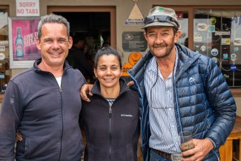 Dat kwam mooi uit want Bennie die we in Twyfelfontein aan de bar ontmoetten had ons uitgenodigd.....