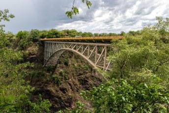 De brug over de tweede canyon verbindt hier Zambia met Zimbabwe.