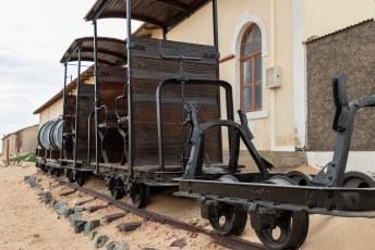 Er was zoveel geld beschikbaar dat ze zelfs dit treintje bouwden voor transport binnen het piepkleine dorpje.