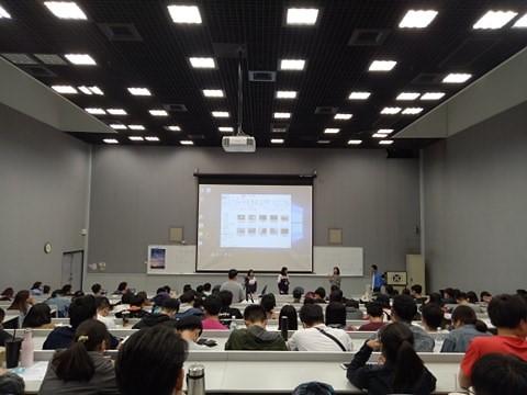 觀衆正在聆聽青少年導演的分享