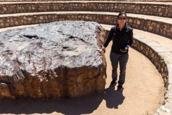 Dit is de Hoba meteoriet vlakbij Grootfontein. Het ding weegt 50 ton en viel hier 80.000 jaar geleden uit de lucht.