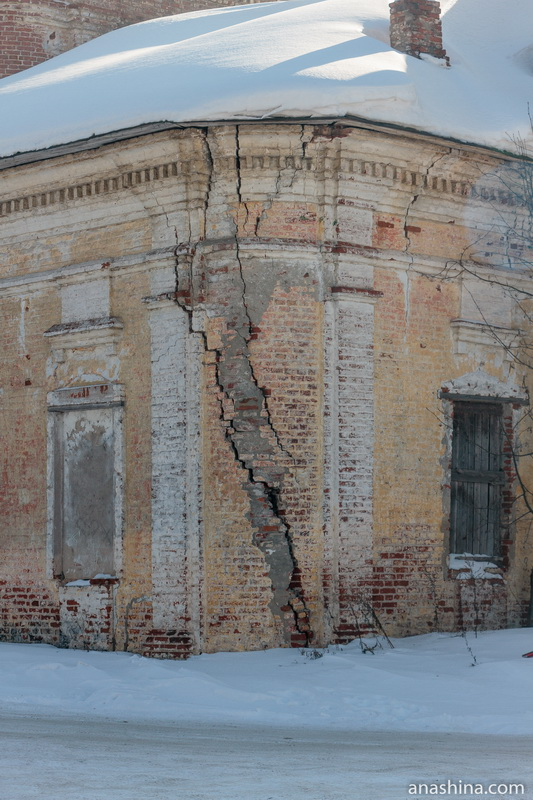 Трещина в стене Входоиерусалимской церкви, Солигалич