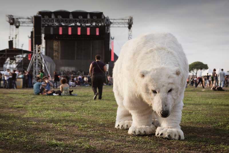 L'orsa Paula al concerto dei Radiohead con Greenpeace