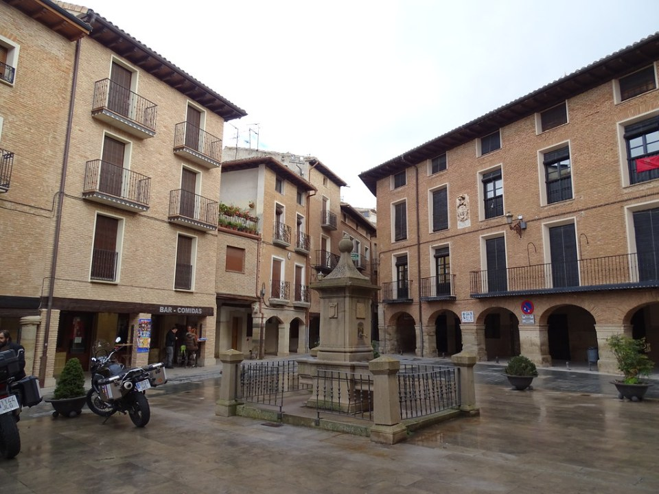 Plaza de Santa Maria fuente Los Arcos Navarra 02
