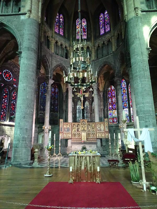 Nave y altar mayor retablo iglesia interior Colegiata Notre Dame de Dinant Belgica 04
