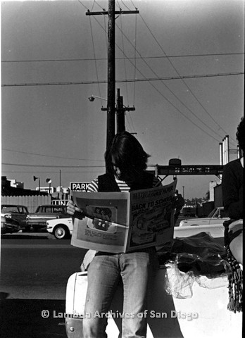 P180.004.01m.r.t Man reading the Hollywood Free Paper