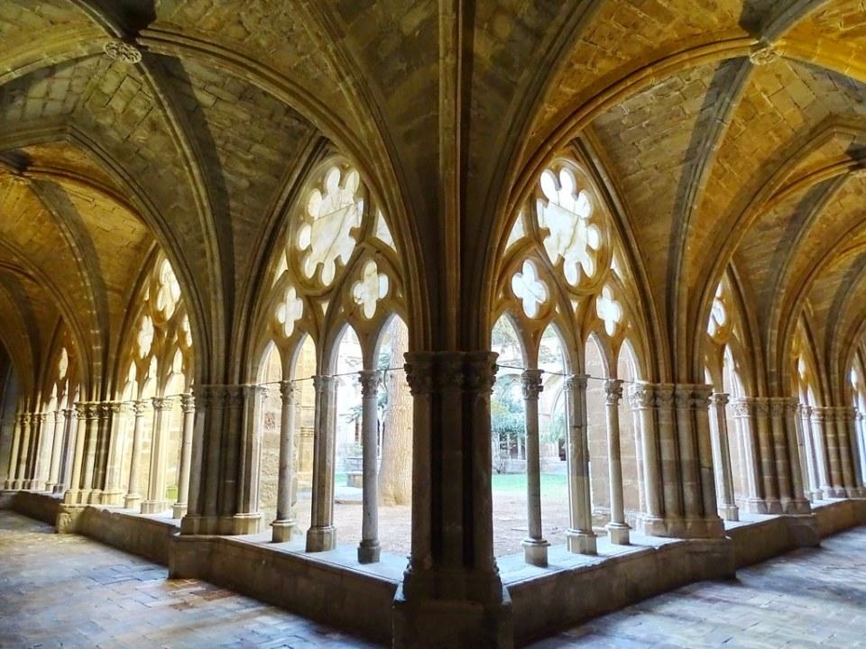 Claustro bajo gotico galeria exterior iglesia Real Monasterio de Santa Maria de Veruela Zaragoza 01