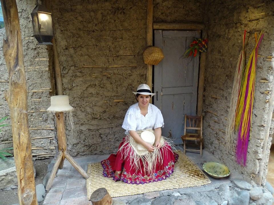 mujer artesana tejiendo un sombrero su gente Ecuador 13