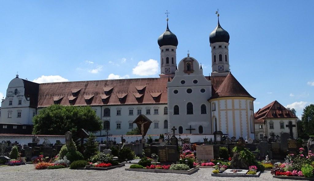 Cementerio y exterior del Monasterio Abadia Basilica de Benediktbeuern Baviera Alemania 08