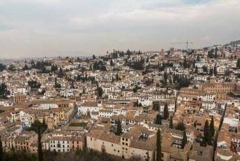 Het uitzicht vanuit de Alcazaba over de oude Moorse wijk Albaicín.