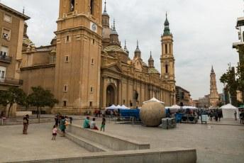 De plaza del Pilar met op de voorgrond de Bola del Mundo. Een weergave van de wereldbol zoals hij bekend was in de tijd van de ontdekkingsreizigers.