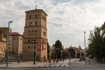 Engelse tekst In de toren links is de VVV gehuisvest, je kunt (als ze open zijn) gratis naar de bovenste verdieping voor een mooi uitzicht over de nabijgelegen bezienswaardigheden.