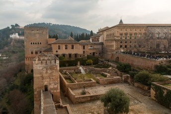 Hier links het Palacios Nazaríes en rechts het Paleis van Karel V.